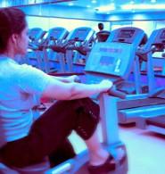 Co zrobić żeby schudnąć - zdjęcie kobiety ćwiczącej na siłowni