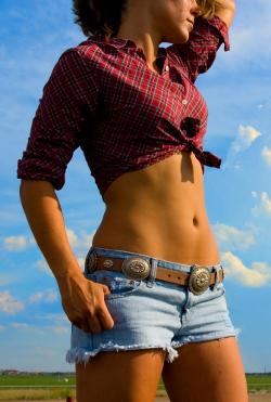 Jak schudnąć z brzucha? - zdjęcie dziewczyny z płaskim brzuchem